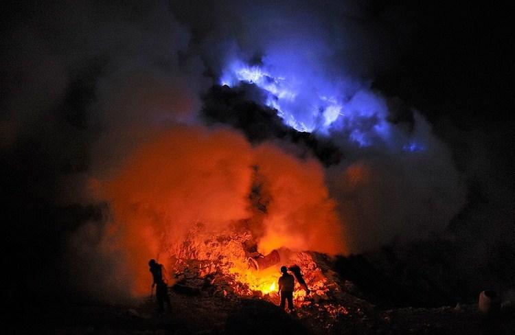 Вулкан Иджен с острова Ява в Индонезии