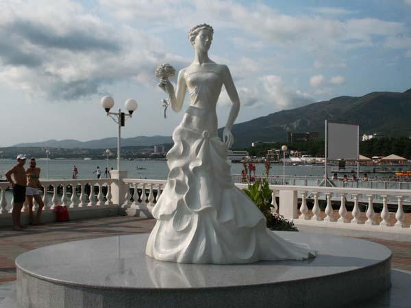 """Статуя """"Белая невеста"""" - символ Геленджика"""
