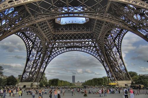 Париж.Прогулка под Эйфелевой башней