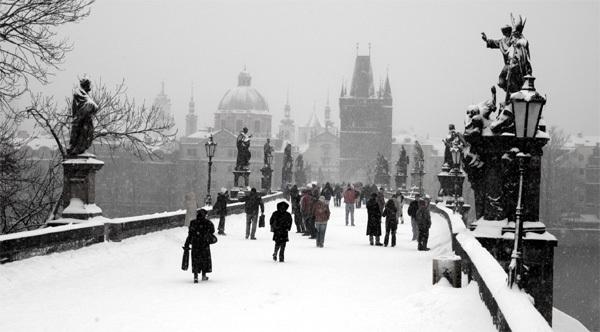 Зимняя прогулка по Карлову мосту в Праге
