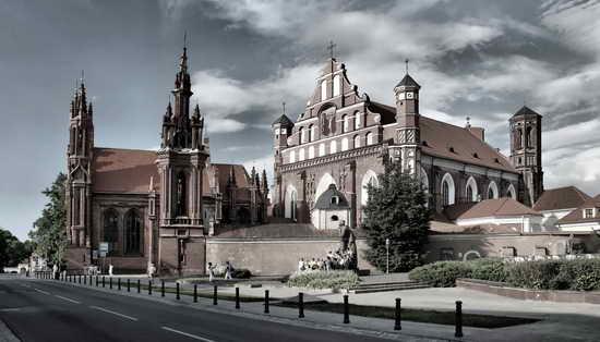 Вильнюс Литва Костел Святой Анны и церковь Бернардинцев